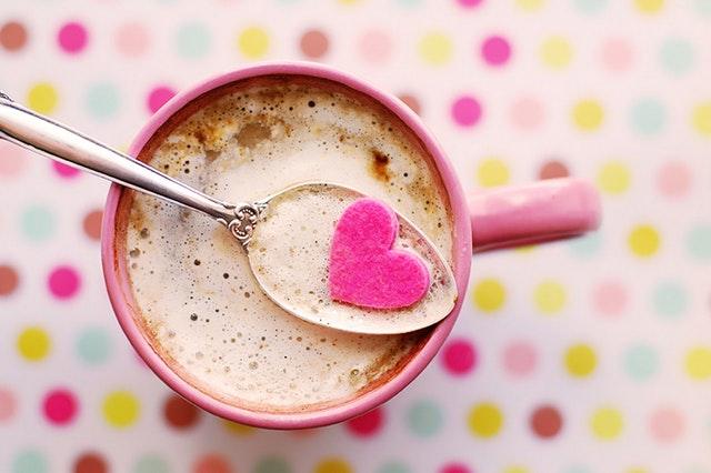 Herz auf einem Löffel im Kaffee