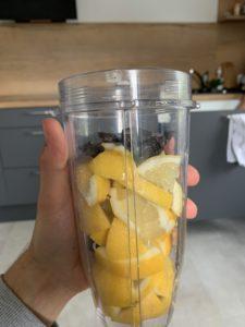 Zitronen und Knoblauch in einem Becher